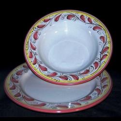 Servizio di piatti in ceramica.